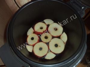 Выкладываем яблоки на дно скороварки.
