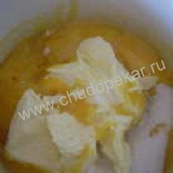 Добавить к желткам размягченное сливочное масло