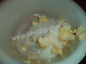 сливочное масло и сахар растереть до бела