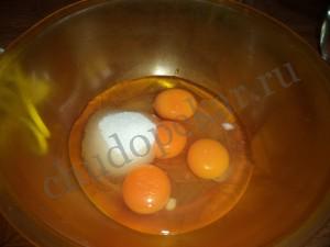 Яйца взбить с сахаром и соью