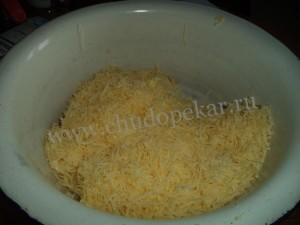 Сыр и сливочное масло натереть на терке.