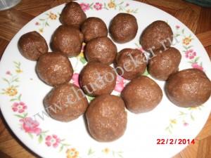 Катаем шарики и выкладываем их на блюдо.