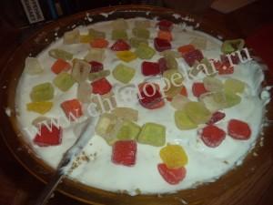 Порезанные конфеты высыпаеь в творожно-желатиновую смесь