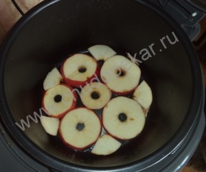 """""""Карамельные"""" яблоки выкладываем на дно формы."""
