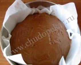 Выложить тесто в форму для выпечки.