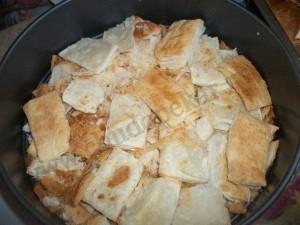 Квадратики испеченного тесто переложить в миску.