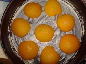 Половинки персиков выкладываем в форму.