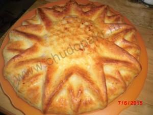 Перекладываю пирог на блюдо.