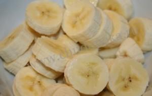 Нарезанные кружочки банана.