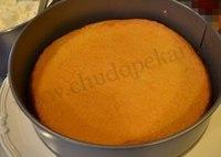 Оставьте бисквит в форме до полного остывания.