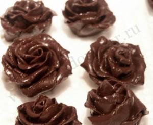 Розы из шоколадной мастики.