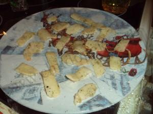 Выкладываем картофельные лепестки на тарелку.