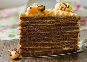 Сверху украшайте торт марципановыми пчелками.
