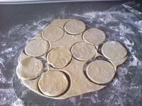 Вырезаем заготовки для пирожком.