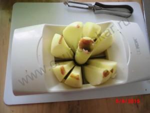 Нарезаем яблок на дольки и вырезаем сердцевину.