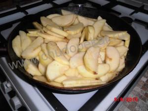 Яблоки выкладываем на сковородку.