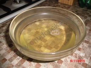 Растворенный желатин перелила в прозрачную стеклянную мисочку.