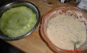 Тесто и натертый кабачок.