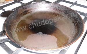 Сковороду смазать растительным маслом.