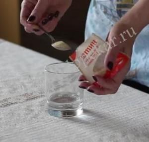 Пересыпаем желатин в стакан.
