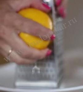 Натираем лимон.
