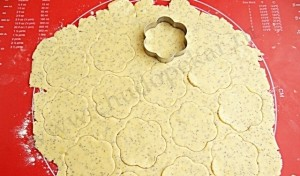 Вырезаем формочкой фигурки печенья.