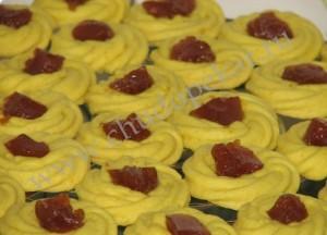 Печенье переложите на блюдо.