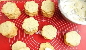 Соединяем печенья кремом.