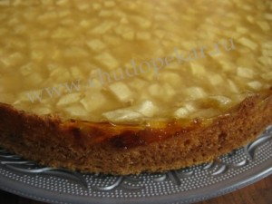 Готовый пирог выложить на блюдо.