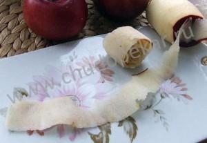 Нарезаем ленты из яблок.