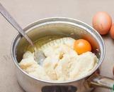 Вмешиваем яйца.