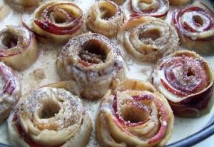 Сверху яблоки посыпаем сахаром и корицей.