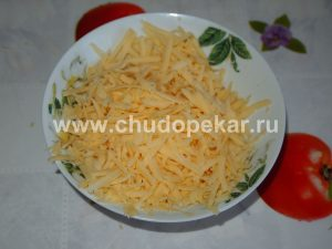 На крупной терке измельчаем сыр