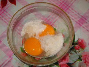 Взбиваем желтки с сахаром до побеления
